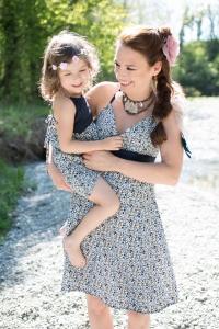 Une maman avec sa fille dans les bras ambiance bohème