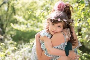Portrait d'une petite fille dans les bras de sa maman