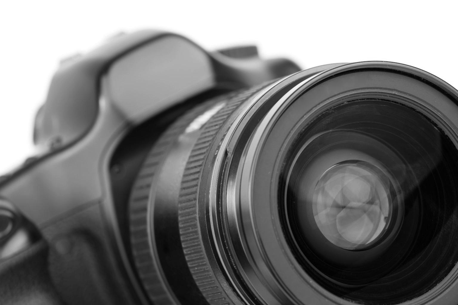 Un gros plan sur un appareil photo reflex en noir et blanc