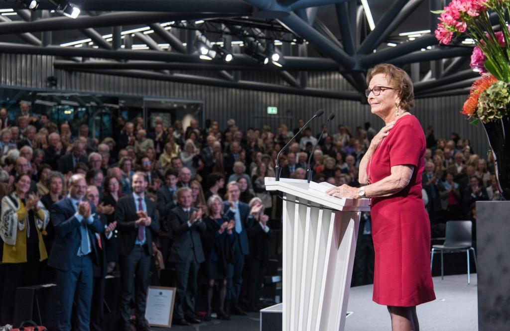 Une femme qui fait un discours devant un public