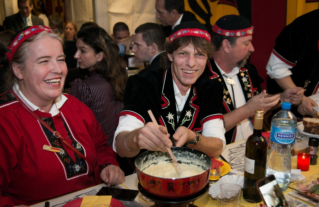 La fête de l'escalade au CAGI - On mange une fondue tous ensemble
