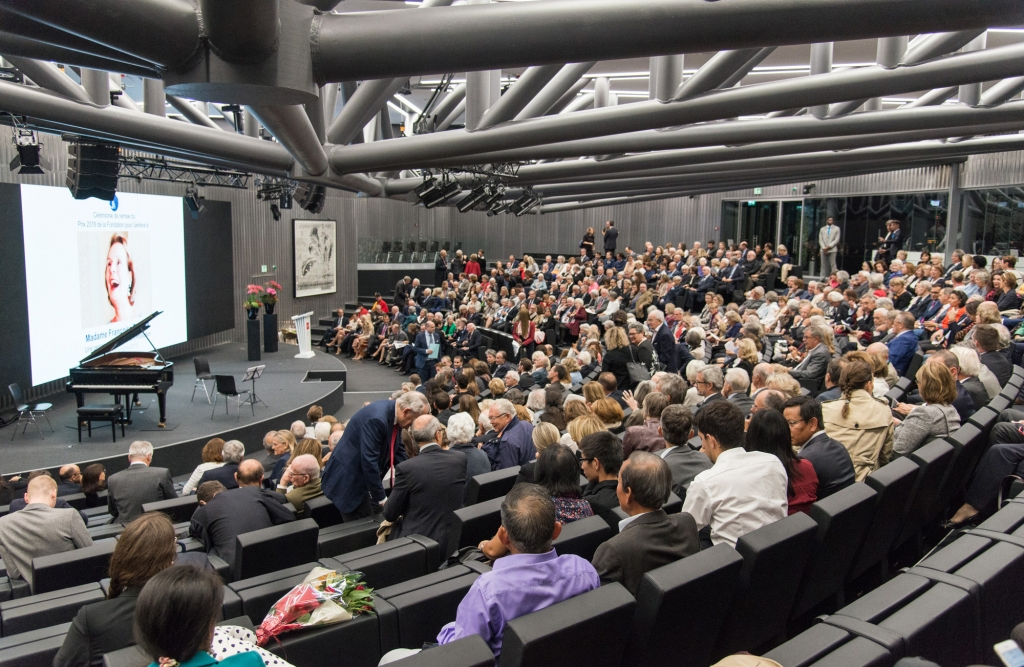 Une grande salle de conférence avec son public assis