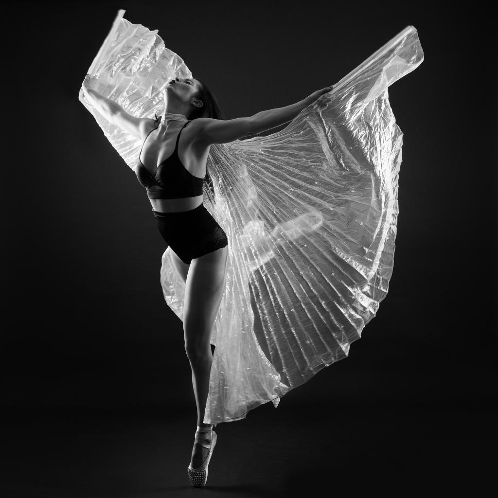 Une femme avec des ailes de papillons en mouvement