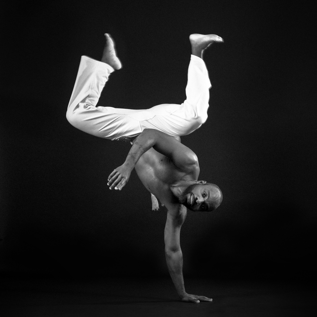 Un danseur de capoeira en mouvement