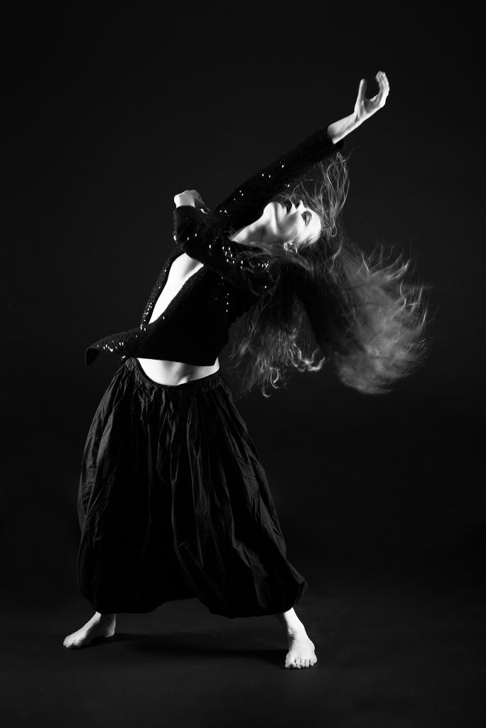 Une femme entrain de danser, style dans moderne, les cheveux en mouvement