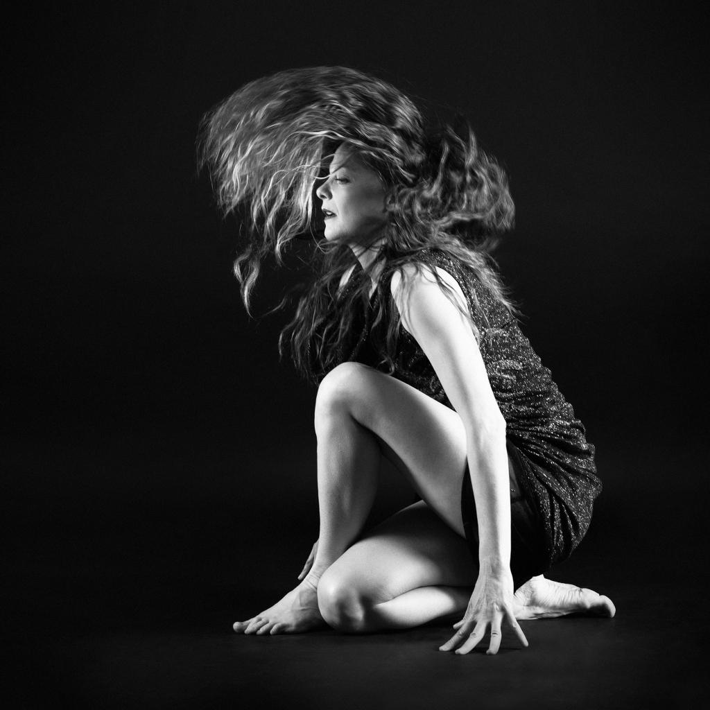 Une danseuse avec les cheveux en mouvement