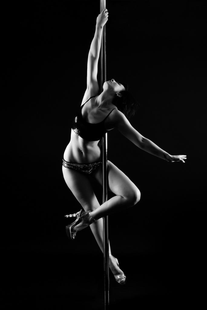 Une femme qui fait de la pole dance