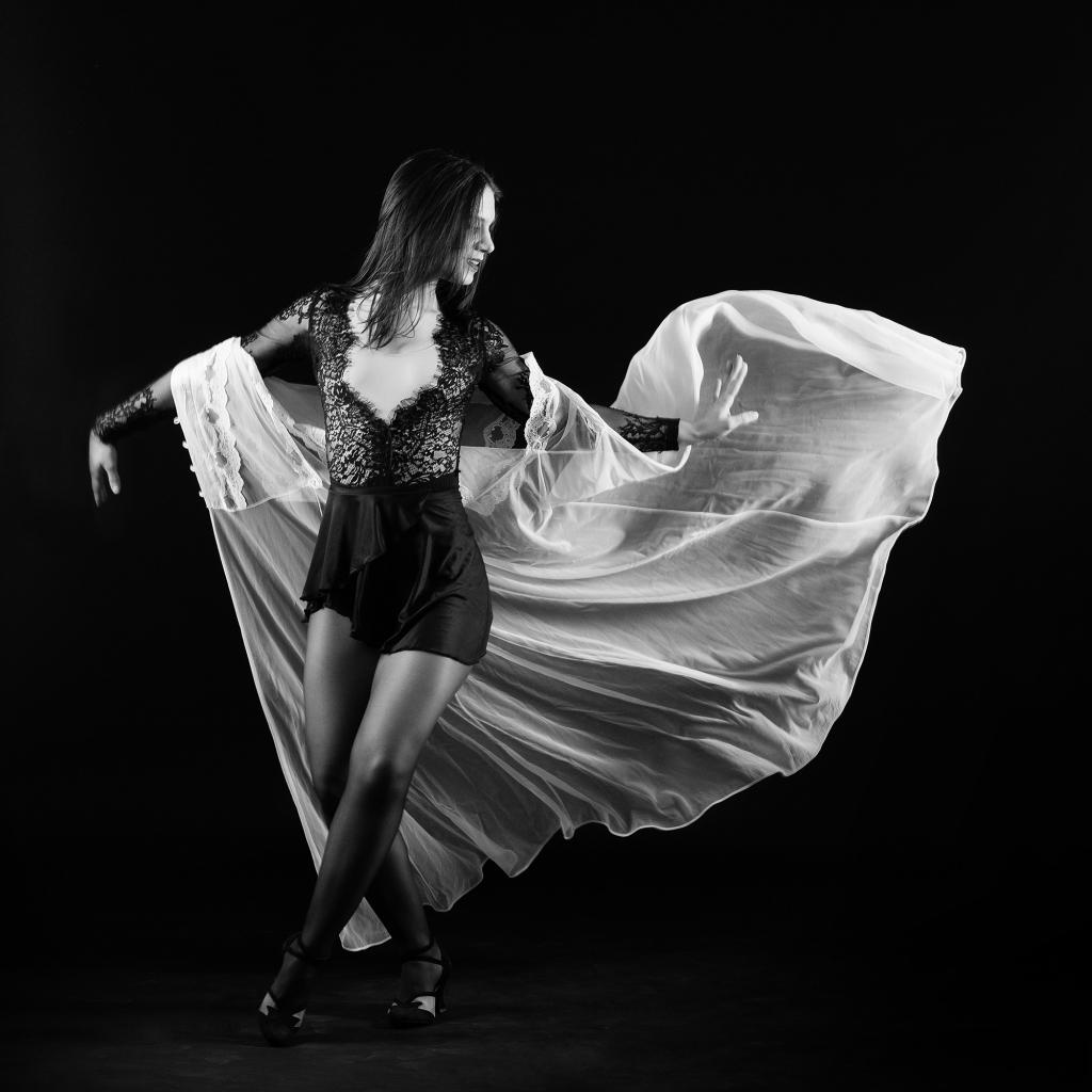 Une femme avec un déshabillé en mouvement
