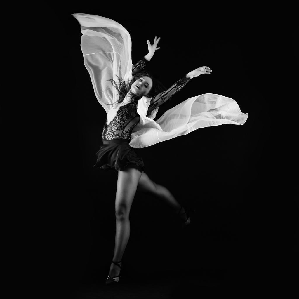 Une femme qui saute en l'air avec un déshabillé en mouvement