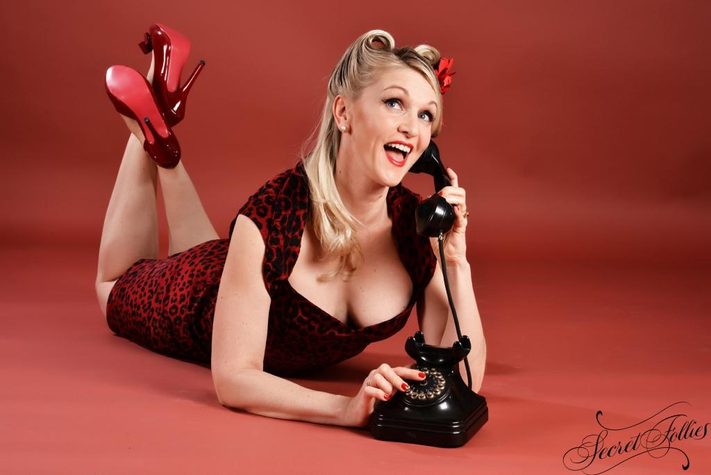 Une pin-up avec un téléphone