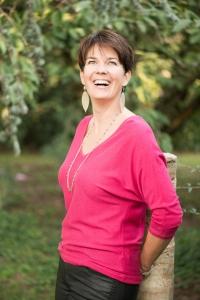 Portrait d'une femme coach de vie en couleurs à l'extérieur
